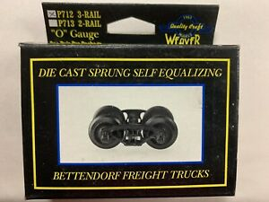 ✅PAIR OF WEAVER 3 RAIL DIE CAST TRUCKS & COUPLERS O GAUGE SCALE METAL SPRUNG