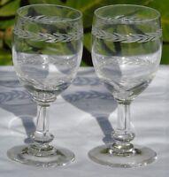 Saint Louis? Baccarat? Lot de 2 verres à vin en cristal gravé. Début Xxe s.