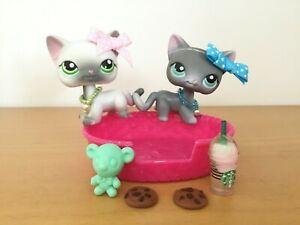 Authentic Littlest Pet Shop Pair Siamese Cats Grey White 125 126 Bed Accessories