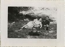 PHOTO ANCIENNE - VINTAGE SNAPSHOT - PIQUE NIQUE COUPLE AMOUREUX - LOVERS PICNIC