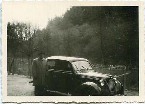 Orig. Foto 30er Ja. NSU/FIAT 1100 E ? Mann Straßenrand 50er Ja.