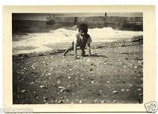 Jeune garçon à genoux sable plage - photo ancienne snapshot an.1950