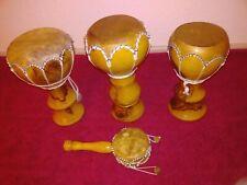 Musikinstrumente 3 Bongos und eine Rassel.