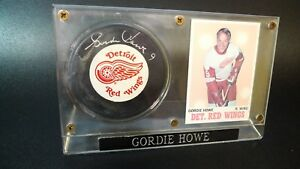 GORDIE HOWE Signed  NHL  Puck Autograph Detroit Red Wings and card in display