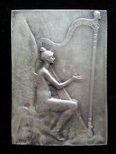 SUPERBE ancienne PLAQUE MEDAILLE bronze FEMME JOUANT HARPE signée J. DELPECH