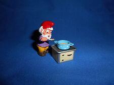 KITCHEN GNOME COOK SOUP POT ON STOVE Plastic Figure Kinder Surprise ZWERGE LUTIN
