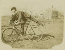 RARE 1800s BICYCLE MESSENGER BOY IN JOYOUS BLUR - CABINET CARD VTG PHOTO - H2