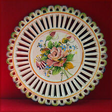 Assiette décorative, thématique florale, en faïence ajourée,
