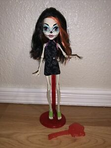Monster High Scaris City Of Frights Skelita Calaveras Doll w/doll Stand & Brush