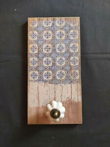 VINTAGE STYLE WOODEN EFFECT TILE PATTERN HANGING PLAQUE WITH CERAMIC KNOB