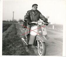 Nr 25045 Foto Mann mit Moped Roller PUCH R 50 V   1970   7,5  x 9  cm