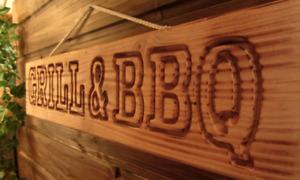 GRILL & BBQ - geflammt - Holzschild für Garten Grillecke Gartenhaus - Douglasie