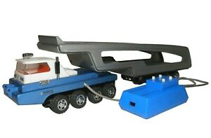 RARE JAPANESE MID-20TH C BAT OP RMT CTRL 8 AXLE ENML METAL CAR TRANSPORTER TRUCK