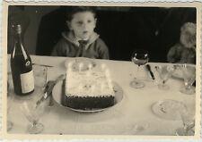 PHOTO ANCIENNE - VINTAGE SNAPSHOT - ENFANT ANNIVERSAIRE FÊTE TABLE ALCOOL DRÔLE