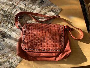 Taschendieb Wien, rote Messenger-Tasche, Nieten,  Leder geflochten, wie neu