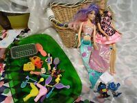 lot=2 poupées 1998 siréne + blonde robe rose dentelle  et miniatures diverses