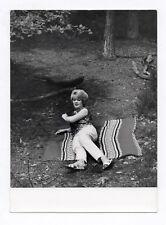 PHOTO ANCIENNE MODE FASHION Femme allongée dans la forêt vers 1960 Robe Coiffure