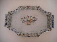 GRAND PLAT EN FAIENCE DE ROUEN.XVIII°.Vase,assiette.