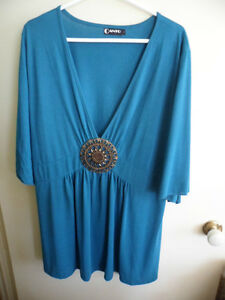 CANTO WOMENS STRETCH TOP SHORT  SLEEVE SIZE 2X PLUS  TURQUOISE WITH MEDALLION