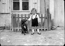 Enfant culotte courte velours + chien - négatif photo plaque verre an. 1930
