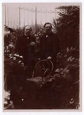 PHOTO ANCIENNE Deux hommes Chaise véranda Main Plantes Vers 1900 Serre Jardin