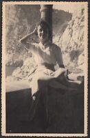 YZ1590 Ritratto di una giovane donna seduta su muretto - 1940 fotografia d'epoca