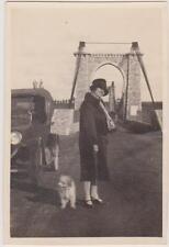 PHOTO ANCIENNE JEUNE FEMME avec son petit chien/JANVIER 1927/VIEILLE AUTOMOBILE