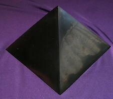Sehr schöne polierte Pyramide aus Schungit, Heilstein 88-95g 51x51x39mm