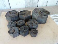 Série de 9 poids hexagonaux anciens en fonte pour balance Roberval