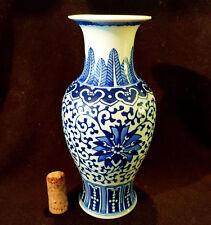 Original chinesische Vase Jingdezhen Zhi handbemalt Blüten Ornamente Blau Weiss