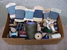 W Karton voll mit alten Nähutensilien Stopfwolle, Nähgarn, Strohhutzwirn