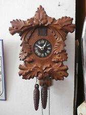 antiguo reloj mecánico con canto cucu cocu alemán de pared con pesas y péndulo