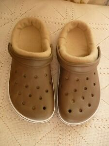 PAIR OF BROWN CROC STYLE SHOES WITH WASHABLE LINERS - SIZE 6-1/2-7