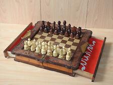 Altes Schachspiel mit Figuren aus Holz mit Schubladen und Schnitzereien