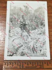 WW2 Original Photo Aitape (New Guinea) 533rd - Soldier Thompson Tommy SMG M1911