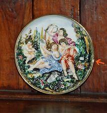 Assiette décorative en porcelaine, décor en relief représentant des musiciens.