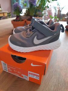 Nike Revolution 5, zuckersüßer Baby-Sneaker in Grau, Größe 21, kaum getragen