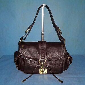 sac FREDERIC T en cuir marron porté épaule