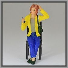 Dingler Handbemalte Figur Polyresin Spur 1 Frau sitzend, gelbe Jacke (100211-01)