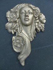 statue d une élégante en fonte , une tête de femme en relief pat bronze