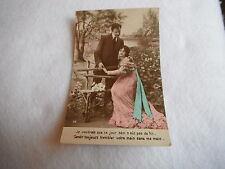 CPA carte postale fantaisie scène d'amour homme et femme paysage à décor fleuri