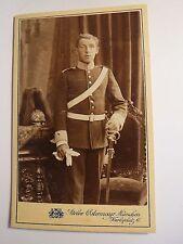 München - stehender Soldat in Uniform mit Säbel Gurt - Parade-Helm Kulisse / CDV