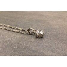Chaine torsadé en argent avec un pendentif avec une pierre blanche