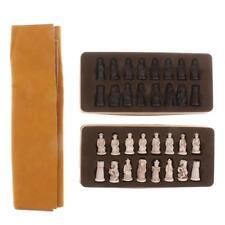 El soldado antiguo chino figura el tablero del ajedrez con las piezas para