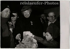 Eleanor Roosevelt se con medalla francés honrados, original-photo V. 1952