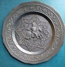 Assiette murale déco étain motif relief cavalier chevalier 22cm 405G.   .D4