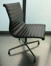 VITRA FAUTEUIL CHAISE EAMES Aluminium Chair EA 107 marron
