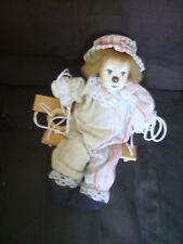 Joli clown sur une balançoire en tissu et céramique à suspendre