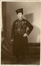 CARTE POSTALE PHOTO FOLKLORE GARDE MILITAIRE EN TENUE