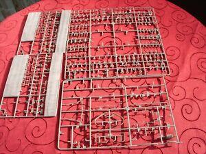 7 Tafeln Spritzguss  nicht vollständig 4 L, 2 J, 1 E  Bismarck Trumpeter 1:200